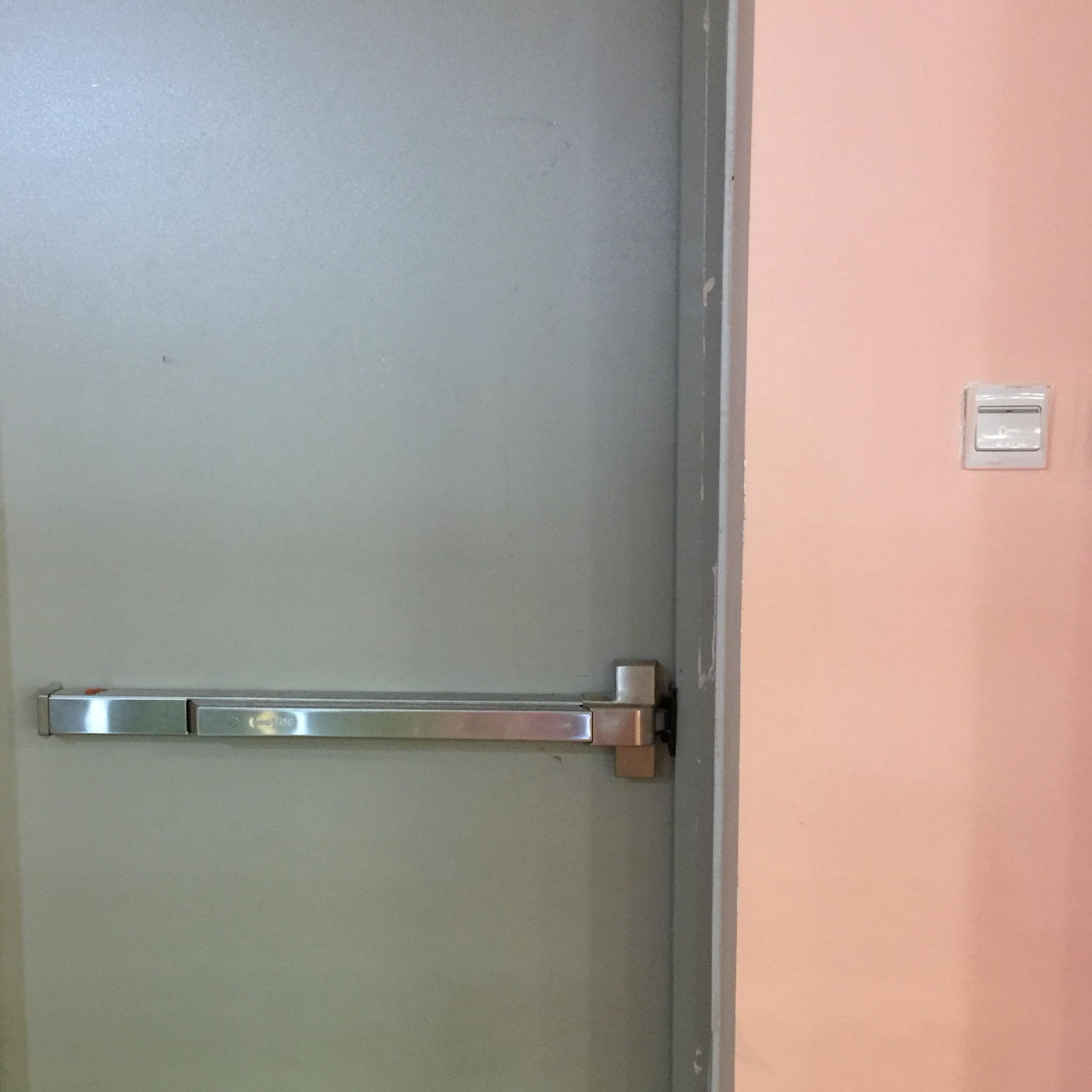 Thanh thoát hiểm Hafele và bộ giữ cửa điện từ hoạt động theo cơ chế nào?